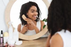 https://www.istockphoto.com/es/foto/atractiva-mujer-africana-peinando-su-cabello-en-frente-de-espejo-en-casa-gm1256498617-367924349
